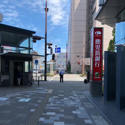 鹿児島銀行の先の横断歩道を渡り道なりに歩いて頂きます。