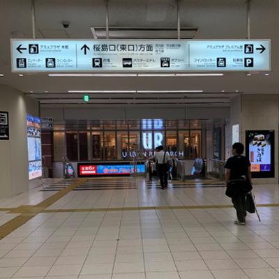 鹿児島中央駅の改札を出て頂き、桜島(東口)方面のエスカレーターを降りて頂きます。