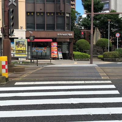 横断歩道をサウナ&カプセルの方に渡り、左に進んで頂きます。