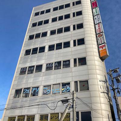 左手に、1階 郵便局(金沢駅前郵便局)が目印のライフ金沢第一ビルが見えてきます。