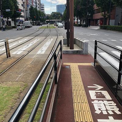 横断歩道を左に曲がります。