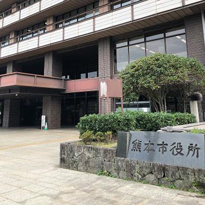 右手に熊本市役所があります。そのまま道なりに進み、