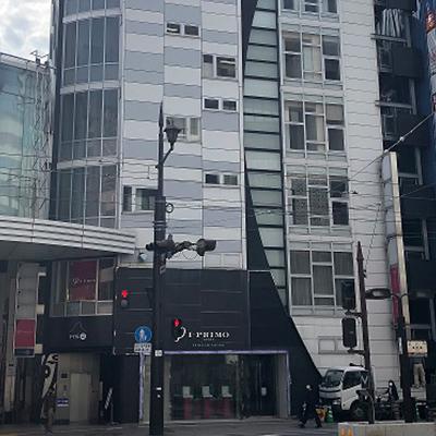 再度、道なりに進んで行きますと、右手側に1・2階がアイプリモがあるビルがあります。そちらのビルの3階に駅前AGAクリニック熊本院がございます。
