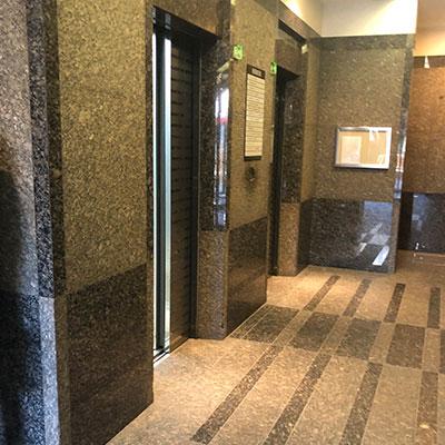こちらのエレベーターで6階までいらしてください。
