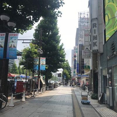 JR岡山駅 地上から 真っ直ぐ進むと当院が入った若林ビルが見えます。