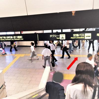 阪急梅田駅 エスカレーターを降りて歩く歩道へ