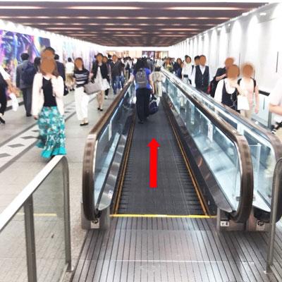 阪急梅田駅 歩く歩道を渡って阪急方面へ