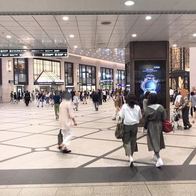 阪急梅田駅 阪急前コンコース広場が見えます