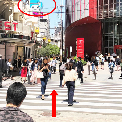 阪急梅田駅 横断歩道を渡って、HEP FIVEの方へ