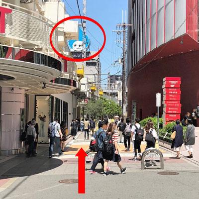 阪急梅田駅 HEP FIVEとESTの間の道を大ぴちょんくんの方へ