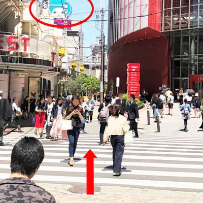 JR大阪駅 横断歩道を渡って、HEP FIVEの方へ