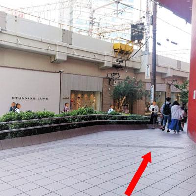 御堂筋線梅田駅 HEP FIVE出口から右へ