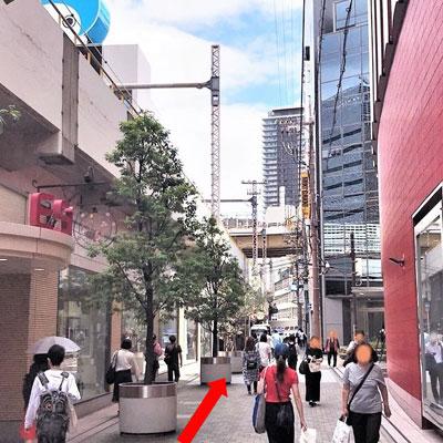 御堂筋線梅田駅 HEP FIVEとESTの間の道を大ぴちょんくんの方へ