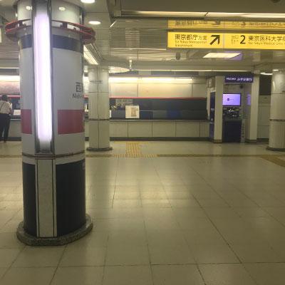西新宿駅 西新宿の改札を出ましたら右手方向に進んで下さい。