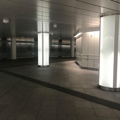 西新宿駅 すぐに右手方向にお進み下さい。