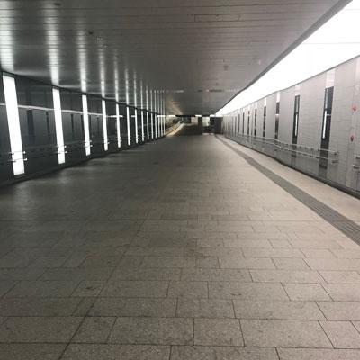 西新宿駅 突き当りまで真っすぐに直進して下さい。