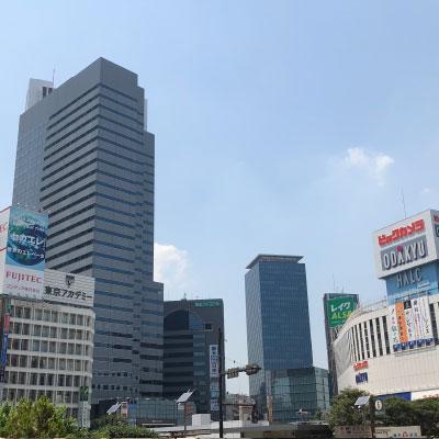 新宿駅 地上出口 新宿駅西口地上出口を出ましたら、すぐに右へ真っすぐとお進み下さい。