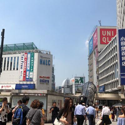 新宿駅 地上出口 右手にユニクロ、左手に小田急ハルクが見えますのでそのまま大きな交差点(大ガード)まで直進して下さい。