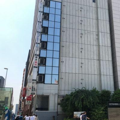 新宿駅 地上出口 道なり真っすぐ来ていただきますと右手にお寺があり、通過した先に当院のビルがございますので7階までお上がり下さい。