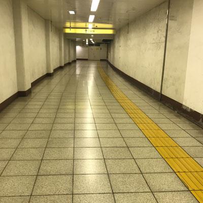 新宿駅 A18出口 階段を登り地上に出ます。