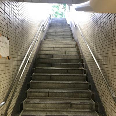 新宿駅 A18出口 青い歩道橋の方向にお進み下さい。