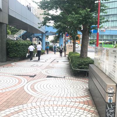 新宿駅 A18出口 こちらの階段を登ります。