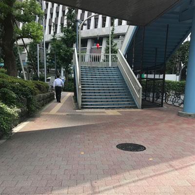 新宿駅 A18出口 すぐに右方向にお進み下さい。