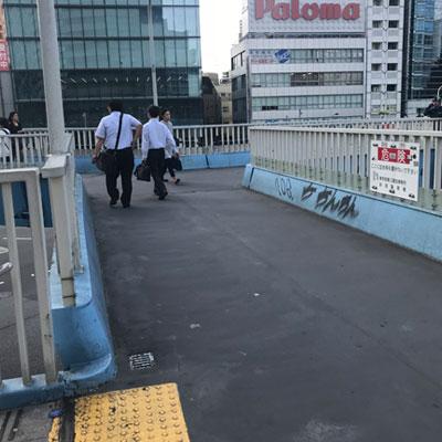 新宿駅 A18出口 Palomaの看板の方向に進みます。
