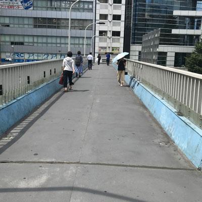 新宿駅 A18出口 左側の階段を下っていただき道なりに真っすぐ直進して下さい。