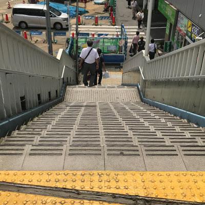 新宿駅 A18出口 道なりに進んでいただくと右手にお寺が見えてきます。