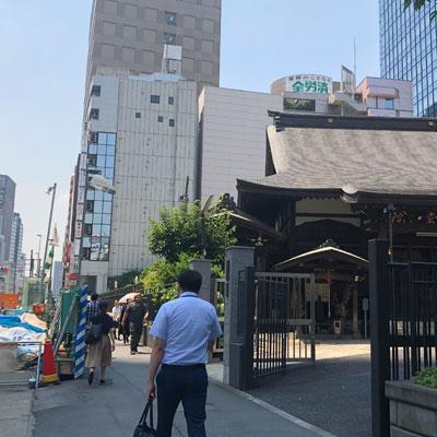新宿駅 A18出口 お寺を通り過ぎると当院のビルがございます。7階までお上がり下さい。
