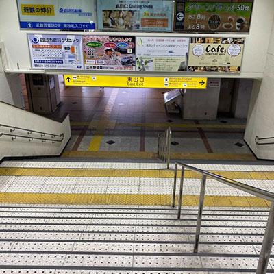 近鉄四日市駅「南改札」を出て、左手側の「東口」への階段をおります。