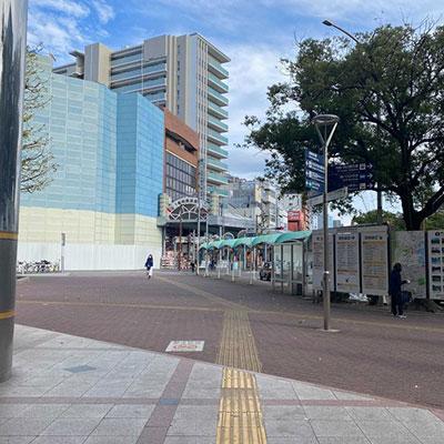 広場をまっすぐ進み、横断歩道を渡ります。