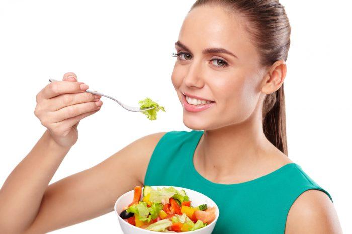今回はAGAと食生活の関係についてお話しします。 薄毛の原因はさまざまです。 主には遺伝的要因や、ホルモンバランスが色濃く影響します。 たとえばホームレスの方のように不規則な生活、不衛生、偏った食生活を営んでいるかたでも、はげていない人はたくさんいます。 食生活を見直したからといって何も治療しないとAGAは確実に進行してしまします。 しかし、やはり適切な食生活、健康的な生活を送ることは頭皮にとっても重要です。 どのようなことに気を付けるべきかお話ししたいと思います。 AGA治療で一番大切なことは治療のモチベーションを継続することと思います。 最初は本当に治るのか不安なかたも多いです。 治療開始後数カ月以内に薄毛の改善を実感するとともに、気持ちも前向きになり、その結果あまり気にしていなかった食生活も含め、健康的な生活をこころがけるような、よいサイクルを作るお手伝いをさせて頂きたいと思います。