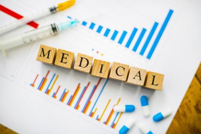 循環動態の医学的なお話になります。 ミノキシジルの投与量が多いとこのように作用します。 ミノキシジルは動脈優位に血管拡張作用があります。 その結果、体血管抵抗が下がり心拍出量が増えます。 つまり左室心筋の仕事量が増えます。 そして収縮期血圧と拡張期血圧も下げます。 拡張期血圧が下がることによって左室心筋への酸素供給量が減ります。 また心拍数も上げる作用も持ちます。 これも左室に血液が流れるタイミングである左室拡張期時間を短縮します。 結果、酸素供給量が減ります。 左室心筋の仕事量が増えるため酸素が必要になりますが、酸素供給も減少するため心筋には過酷な状況になります。 つまり心筋酸素需給バランスが崩れた状態を作り出しやすいのです。 これにより狭心症や心筋梗塞が誘発されることがありますので注意が必要です。 この際、不整脈も起こりやすいかと思います。 また、レニンーアンジオテンシンーアルドステロン系を活性化するため浮腫も起こります。 中等量以上のミノキシジルを投与する場合はこの辺りを理解していなければなりません。 具体的にはループ利尿薬でむくみを、βブロッカーで動悸をコントロール出来るかと思います。 これがミノキシジルが循環動態に与える影響なのです。 扱いを間違えると恐い薬だと感じて頂ければと思います。 間違って小児が誤飲した事件も報告されていますので、お子さんの手の届かないところで管理されてください。 脱毛症の治療としてミノキシジルを投与する場合は低用量なのでここまでの変化は起こりません。 駅前AGAクリニックの医師はこの辺りの循環動態の変化を把握しております。 10mg投与する場合や、心筋梗塞・狭心症などの心血管系合併症がある場合、未治療の重症高血圧がある場合などには利尿剤やβブロッカーの先行投与を検討すべき状況もあります。 このようなことを理解していなければミノキシジルの使用は危険とも言えます。 また、ミノキシジルのもう一つの特徴なのですがこれは慣れがあるお薬です。 この慣れを利用すると上手く治療出来ることがあります。 ミノキシジルの長期投与においても慣れが起こるためβブロッカーの必要性は下がっていくようです。 症例によりミノキシジルを少量から慣らしていくやり方も非常に有効なことが多いです。 むくみや動悸、頭痛などの副作用もこれで解決できることが多いです。 駅前AGAクリニックでは豊富な処方経験により副作用の最小化を図っておりますのでご相談ください。