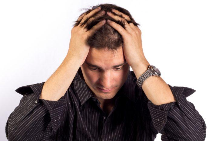 亜鉛は体内にある300種類以上の酵素の活性化に必要であり生理作用も多彩です。 亜鉛欠乏で起こる症状には以下のものがあります。 皮膚、毛髪障害 貧血 味覚障害 発達障害 性腺機能不全 食欲低下 慢性下痢 骨粗しょう症 創傷治癒遅延 易感染性 円形脱毛症やびまん性脱毛症との関連も指摘されていて亜鉛欠乏が疑われる症例も多くあります。 2012年のSharquieが行った二重盲検交差法では67例の円形脱毛症患者で3カ月間亜鉛投与したところ66.7%に効果があったとしています。 また、2009年のParkが行った円形脱毛症の治療でも15症例中9例(66.7%)で改善があったとしています。 円形脱毛症の原因は色々あります。 そのため多角的にアプローチして治療を行うことが重要です。 亜鉛もその数ある治療の中の一つだと考えられます。