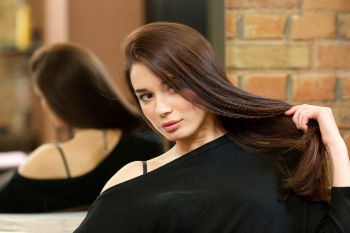 女性の薄毛のほとんどは女性型脱毛症(FAGA)です。  その原因の一番大きな要因はホルモンにあると考えられています。  FAGAは女性ホルモンが減少し、相対的に男性ホルモンが優位に働くことによりヘアサイクルが短くなり薄毛が進行していくと考えられているのです。  つまり男性ホルモンを抑えて女性ホルモンを増やすことが出来れば治療に繋がります。  スピロノラクトンには男性ホルモンを抑える作用があります。  そのためスピロノラクトンは女性の薄毛の特効薬というべき存在なのです。
