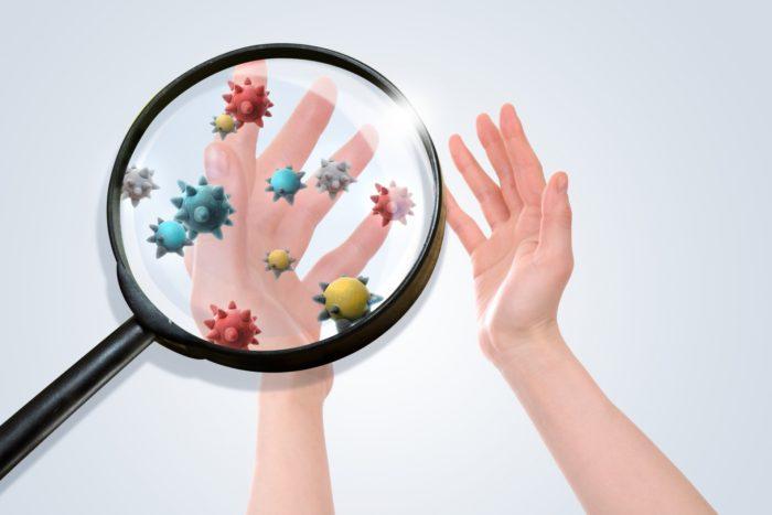 マラセチアは脂質好性酵母であり脂質を栄養源としている真菌で10数種類存在します。  特に注目されているのはM. restrictaとM. globosaというマラセチアです。  皮脂を抑えることとこれらのマラセチアをコントロールする事が大切になります。  その他、脂漏性皮膚炎には免疫力も関係する事も分かっていて、病因は複雑で全て解明はされていません。  しかし、皮脂量のコントロールとマラセチアのコントロールで通常は治す事が出来ます。