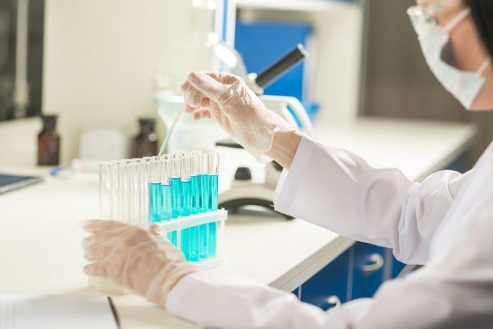 FAGAの治療薬として使う場合は長期投与が基本です。 長期的な安全性についてはどうなのでしょうか。 この検証は必ず必要です。 スピロノラクトンで一番問題となったのは乳がんでした。 1975年にスピロノラクトンを使っていた5人の乳癌患者の症例が報告されて以来、様々な調査が行われました。